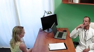 Doctor eats and bangs blonde patient